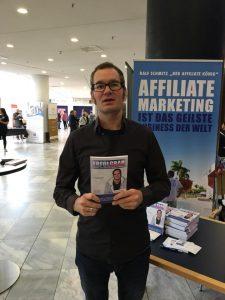 Florian Schoel mit Buch